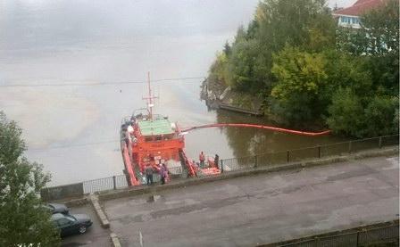 В притоке Невы на территории Санкт-Петербурга ликвидирован разлив нефтепродуктов