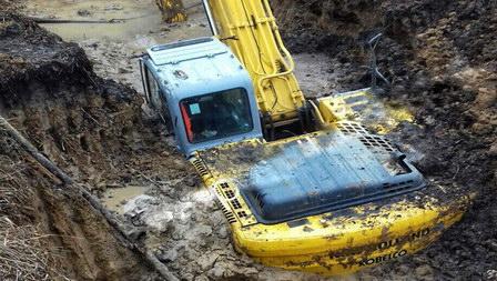 Под Омском в траншее утонул экскаватор «Водоканала»