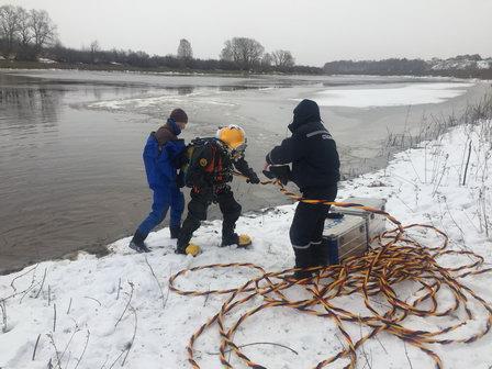 Тюменские водолазы за несколько погружений провели полную очистку Метелёвской станции ото льда