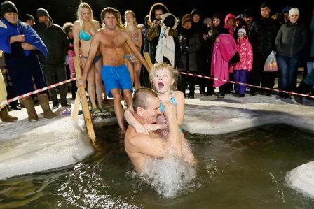 На Крещение под воздействием электромагнитного поля Земли вода меняет свои свойства