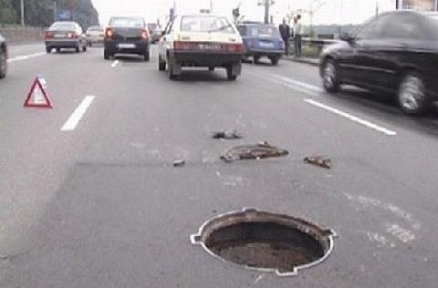 Суд обязал мэрию Екатеринбурга выплатить автовладельцу 130 тыс. руб. за открытый канализационный люк
