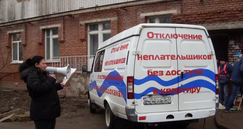 УК в Ульяновской области преждевременно установила заглушку на канализацию в квартире должника