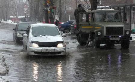В Бийске борются с тотальным подтоплением улиц и домов