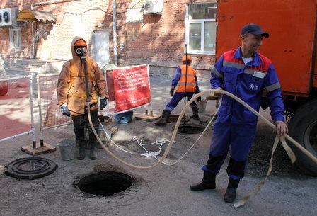 В «НОВОГОРе» участники конкурса слесарей канализации промывали дворовые сети