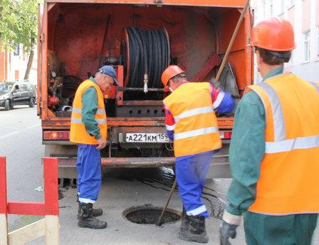 Сотрудники сетей канализации «РКС НОВОГОР-Прикамье» ликвидируют жирберги