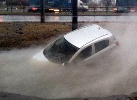 «Теплосеть» Петербурга возместит убытки владельцам провалившихся в яме с кипятком автомобилей