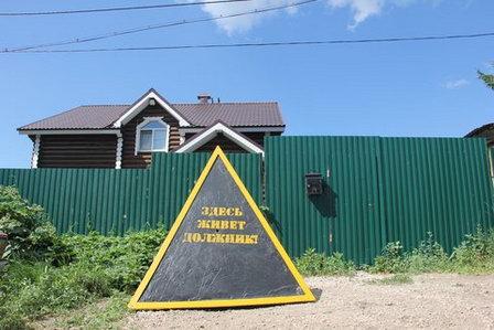 В Тюмени обсуждают практику установки пирамид с надписью «Здесь живет должник за воду»
